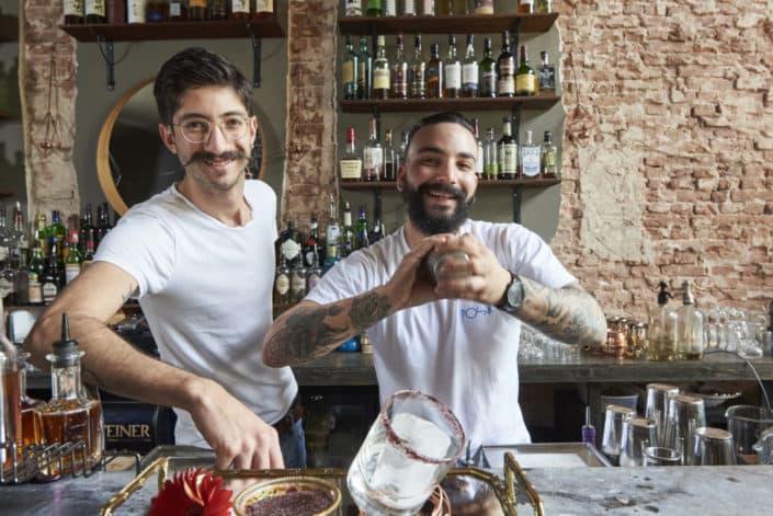 Foto van bartenders Can Kizilca (bril) en Larry Soliana van de Stirr voor Entree Magazine