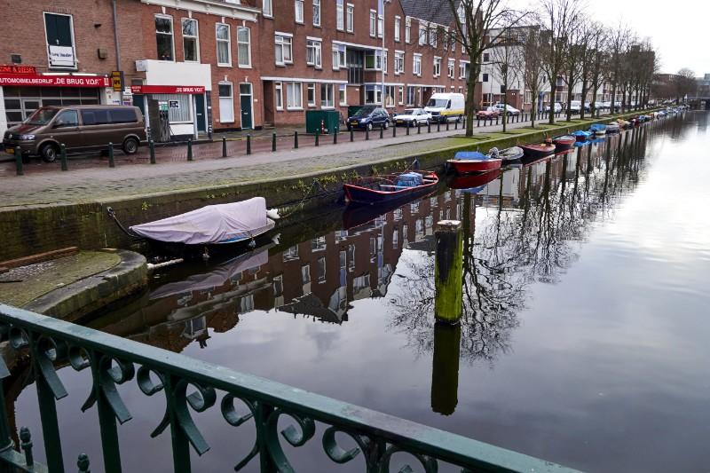 Gracht met rij kleine bootjes langs de Noordwal in Den Haag