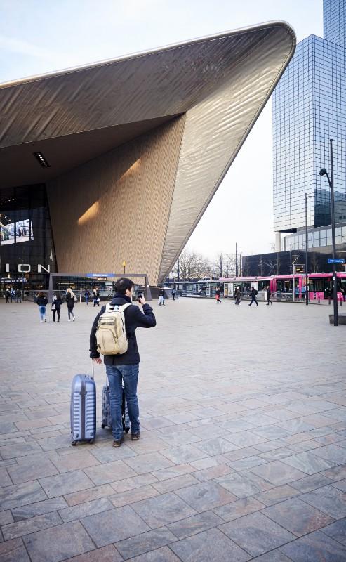 Reiziger maakt foto bij Centraal Station Rotterdam
