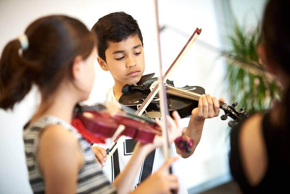 Foto van tijdens vioolles bij Muziekcentrum 1001 nachten in Den Haag