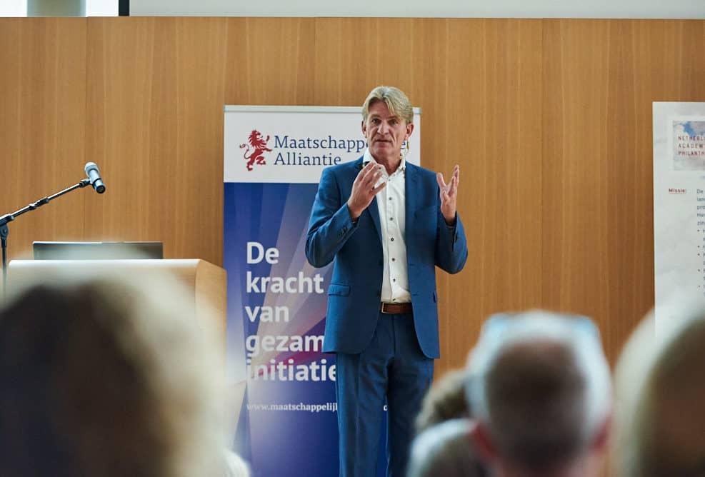 Presentatie van Bob de Wit tijdens de startbijeenkomst NAP (Netherlands Academy of Philanthropy) in het Vredespaleis, Den Haag.