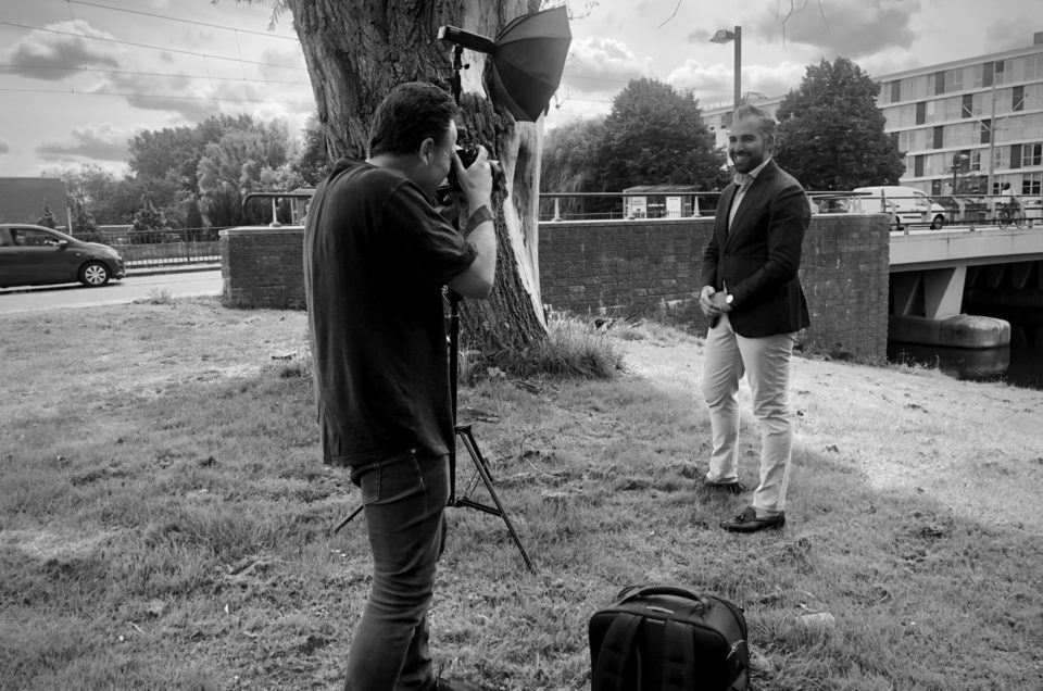 fotograaf maakt portret op locatie in amsterdam