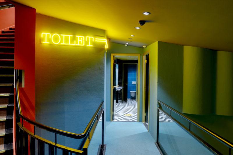 Ingang toilet bij Tuschinski in Amsterdam