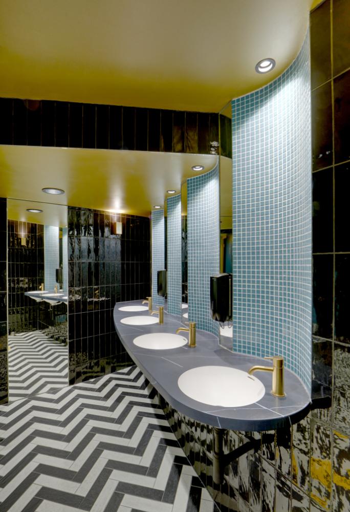 Toilet met wasbakken bij Tuschinski in Amsterdam