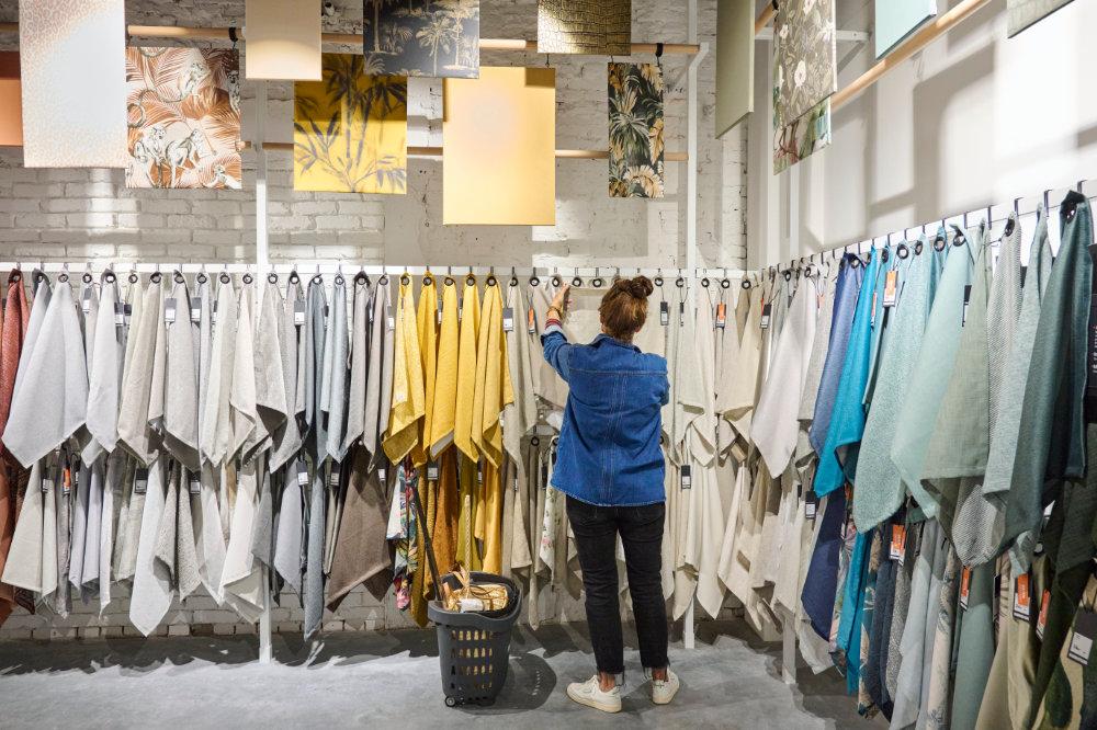 vrouw zoekt naar stof in winkel